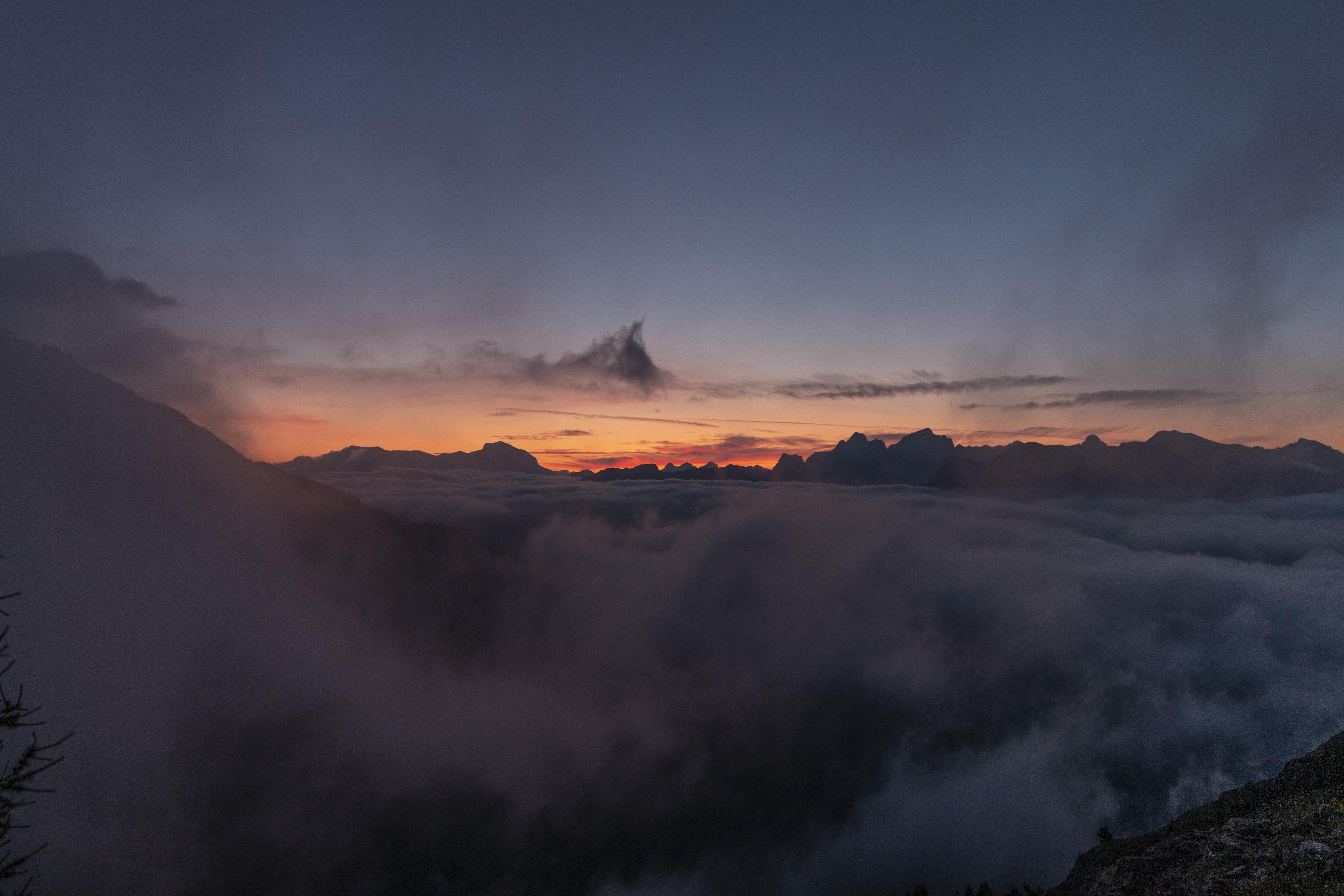 Magie des Morgens I 06:10 Uhr I Sunnenaufgang Poppekanzel 2314 m. Karerpass mit Blick auf SelIagruppe, Tofane, Marmolada, 10° I windig und neblig