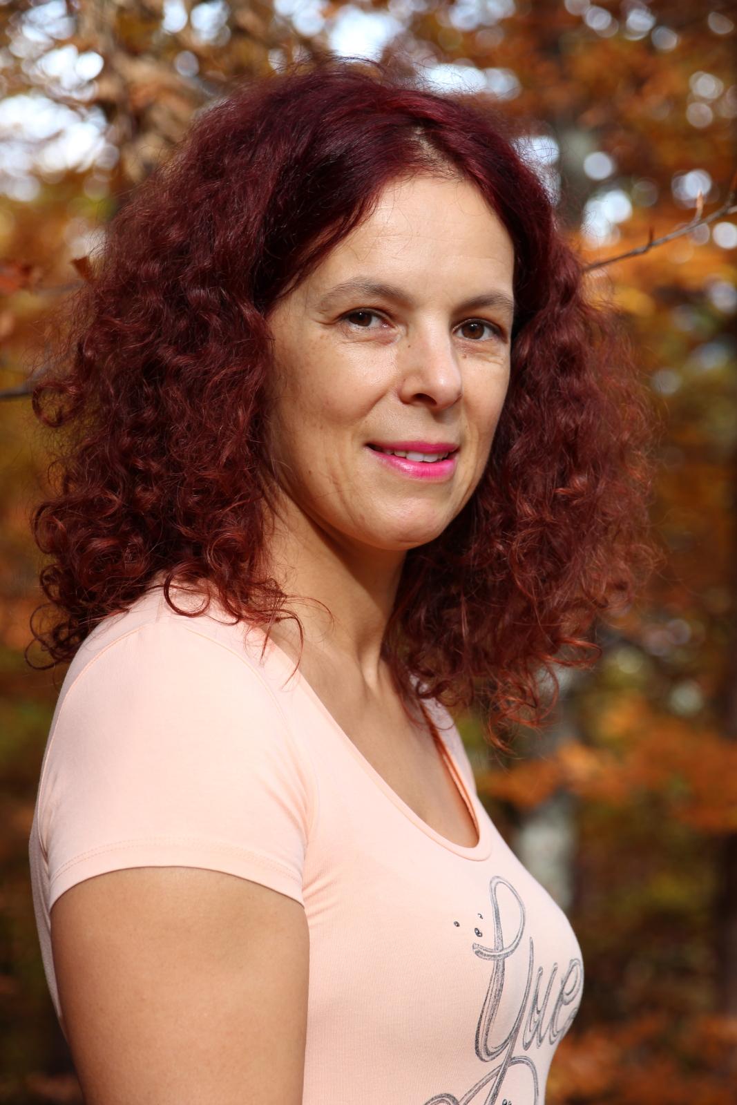 Meine Frau im Herbstwald.JPG
